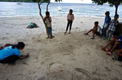 Kids playing marbles at Iboih beach